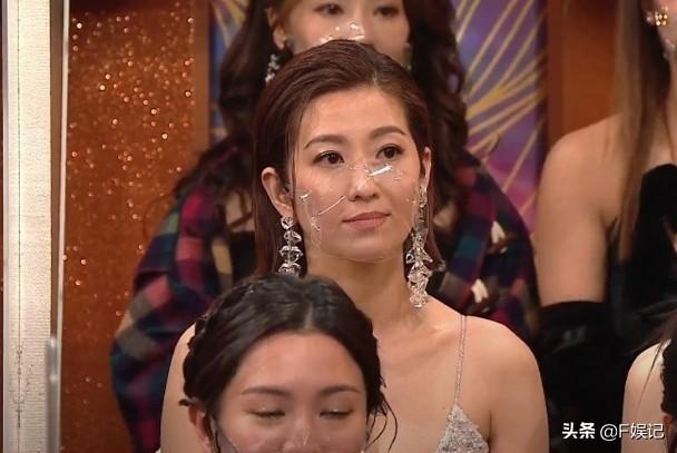 王浩信再夺视帝台上罕见感谢老婆 陈自瑶台下面无表情让人生疑?