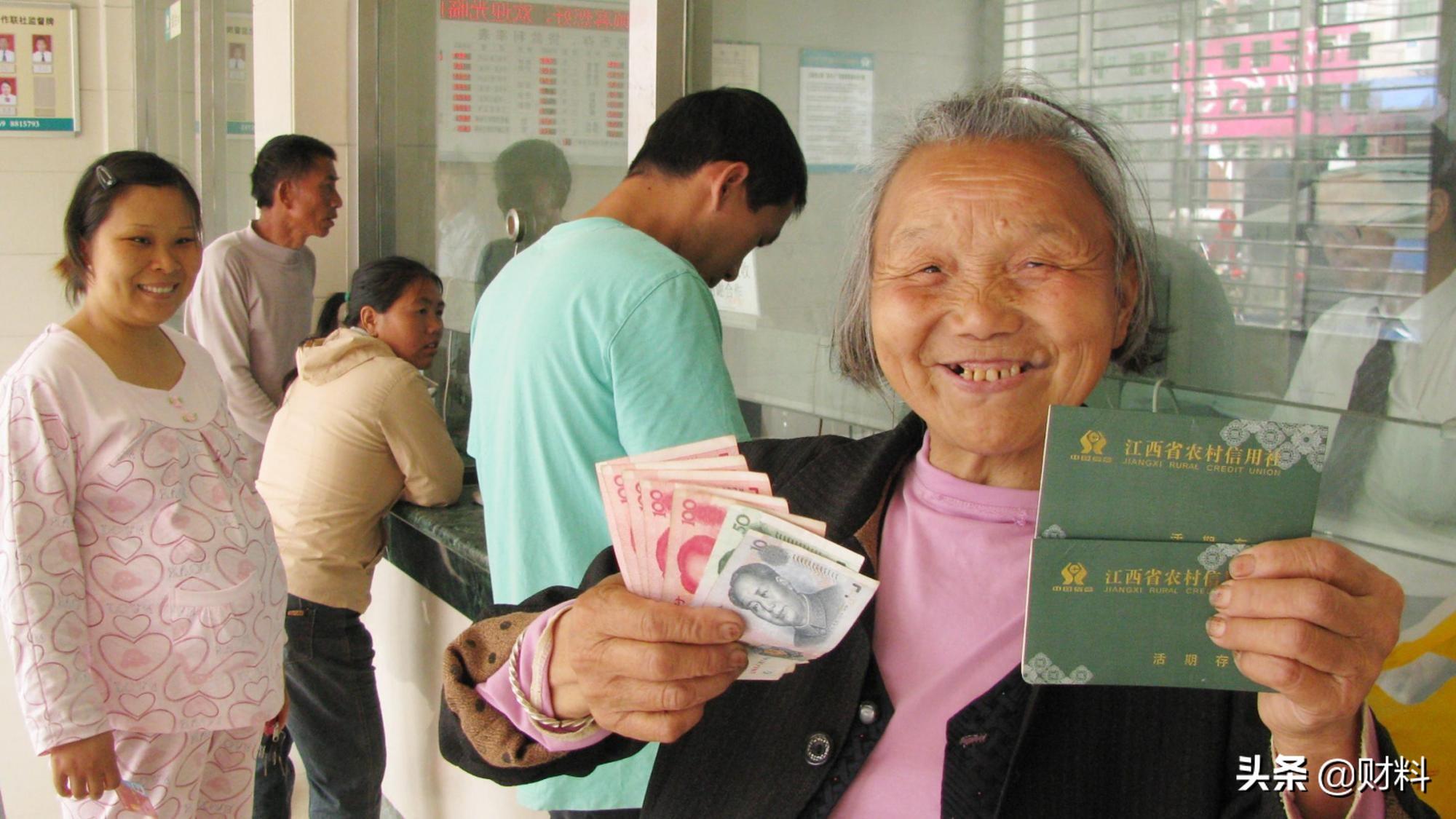 """65岁退休攒多少存款,才能""""高质量养老""""?专家建议是100万"""