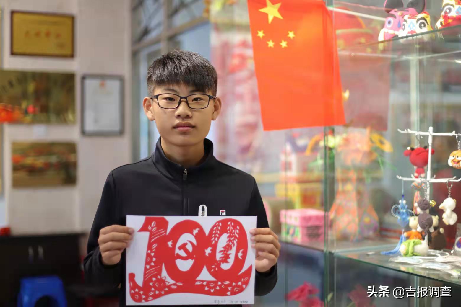 """珲春市第五中学青少年来到永盛社区创意坊,学习满族剪纸迎接""""双节"""""""