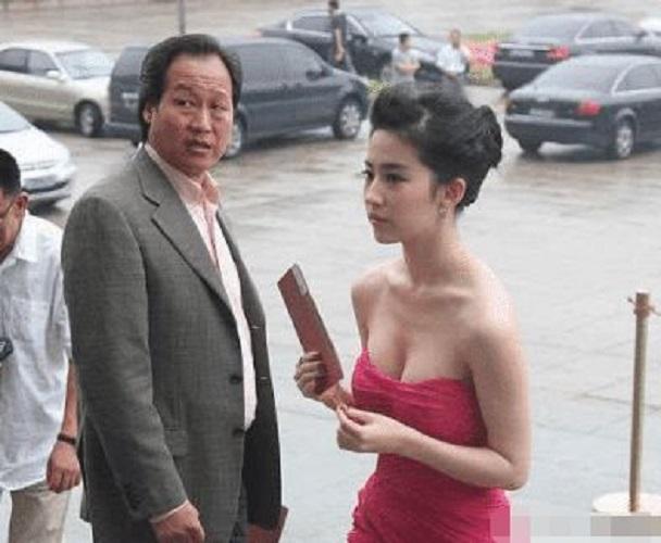 """有一种""""不公平""""叫刘亦菲,上帝亲了她的脸,却忘记给她的腿开窗"""