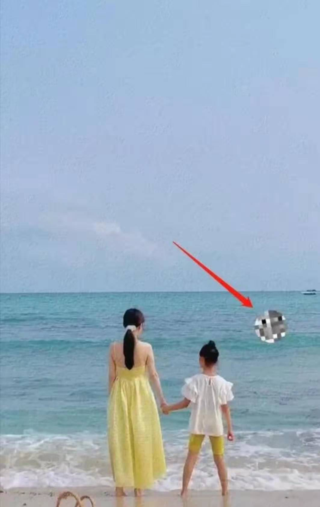 李小璐甜馨海边玩耍贾乃亮冲浪玩得嗨离婚了还能在一起带孩子玩吗