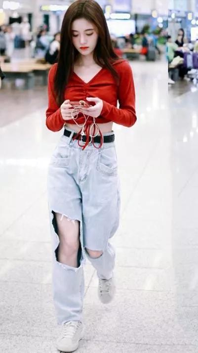 鞠婧祎真是少女穿搭范本!晒白色吊带裙照,初恋感满满