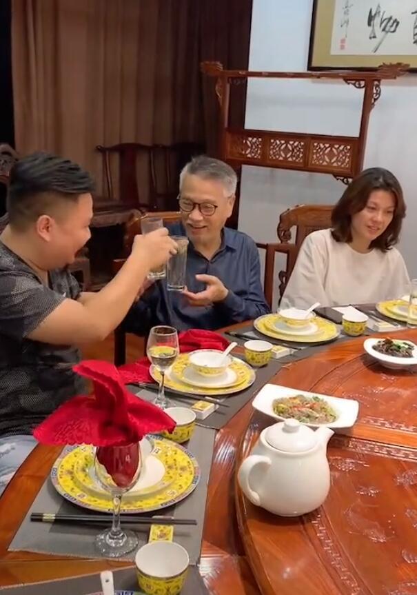 吴孟达生前罕见和太太聚餐照曝光,侯珊燕素颜出镜,气质绝佳