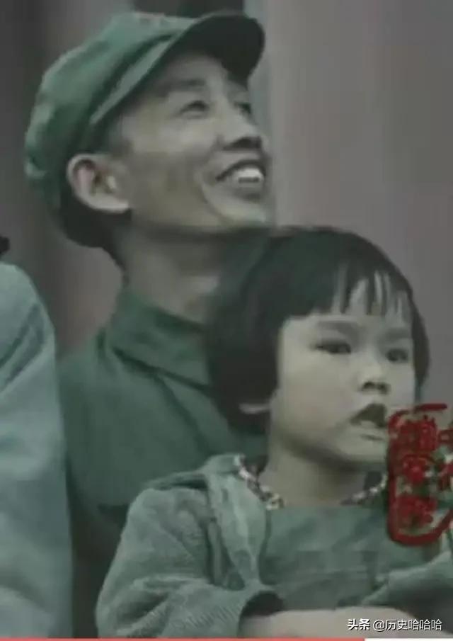开国庆典,在天安门上那个最小的小女孩原来是她!