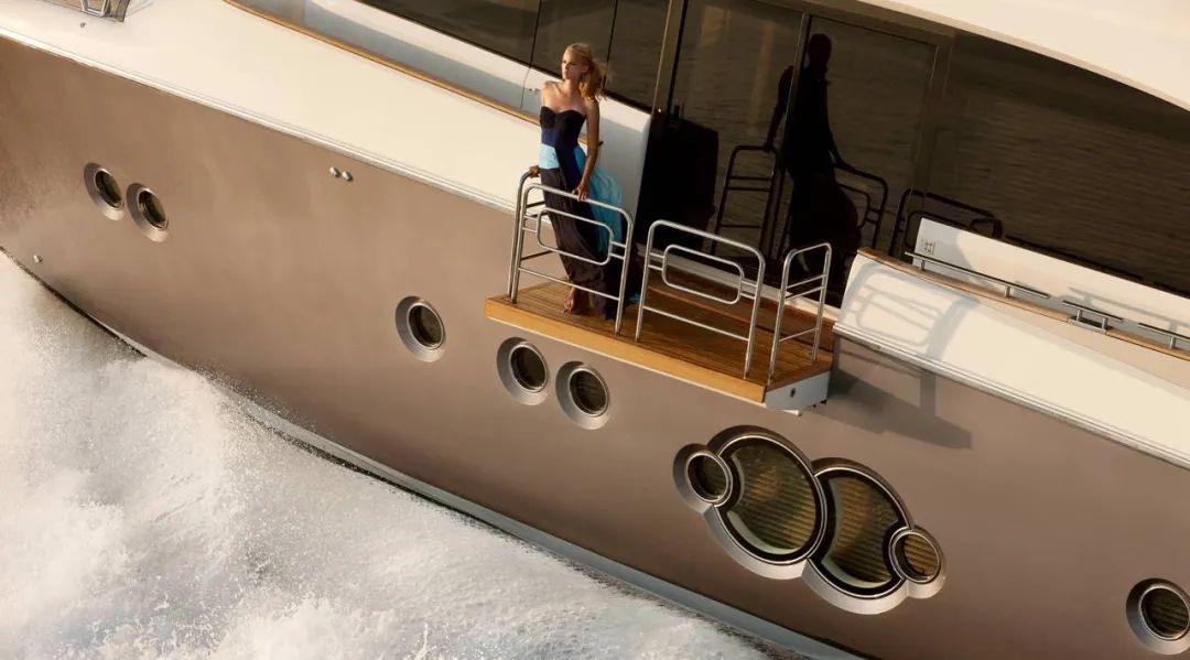 香港特别定制款蒙地卡罗MCY 86,由意大利游艇设计师进行诠释