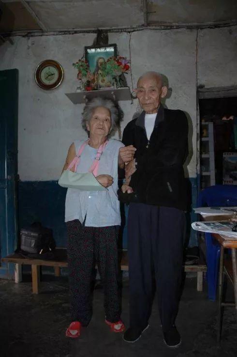 川军排长失踪,妻子寻找六十年,80岁结婚当天,才知他在身边