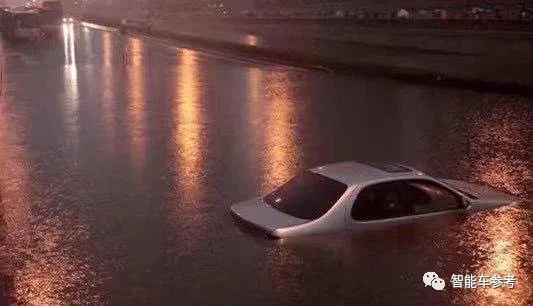 电动车遇水真能当船开?马斯克:别无选择时确实可选