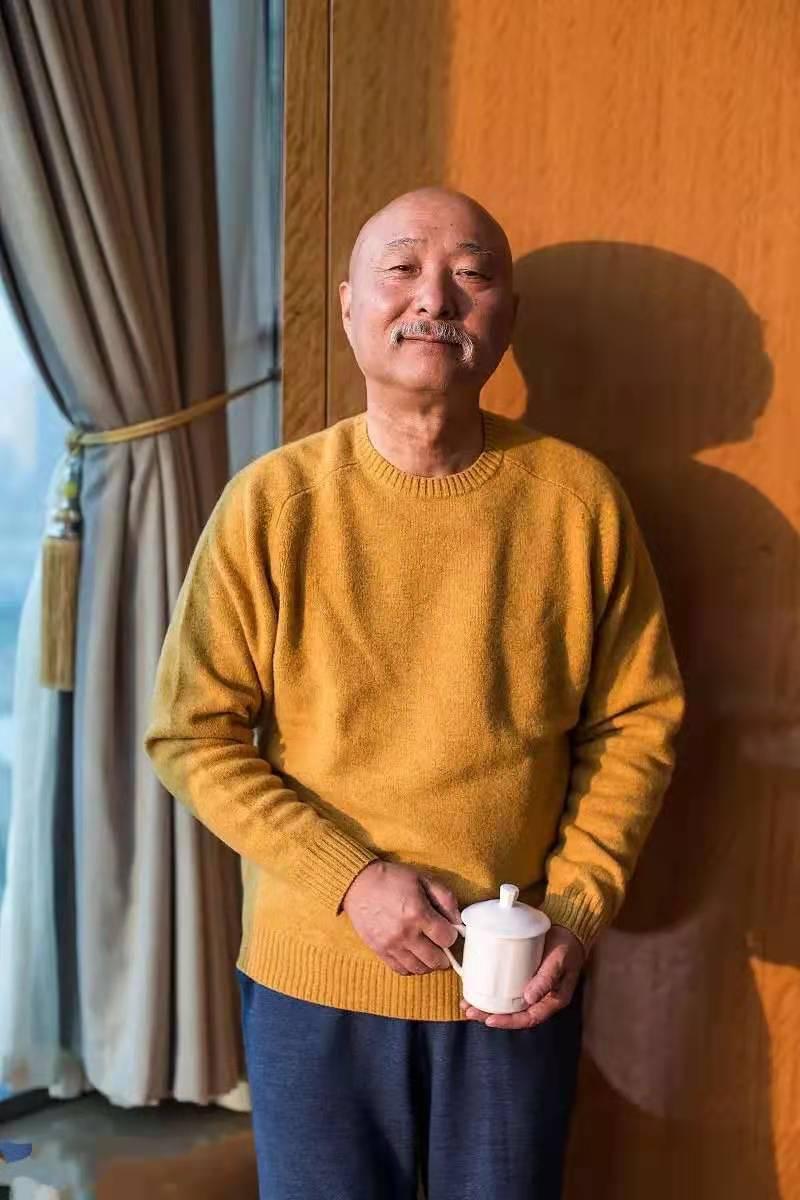陈佩斯父子同台,儿子图时髦戴大粗链子,但却输给了老爹的中国风