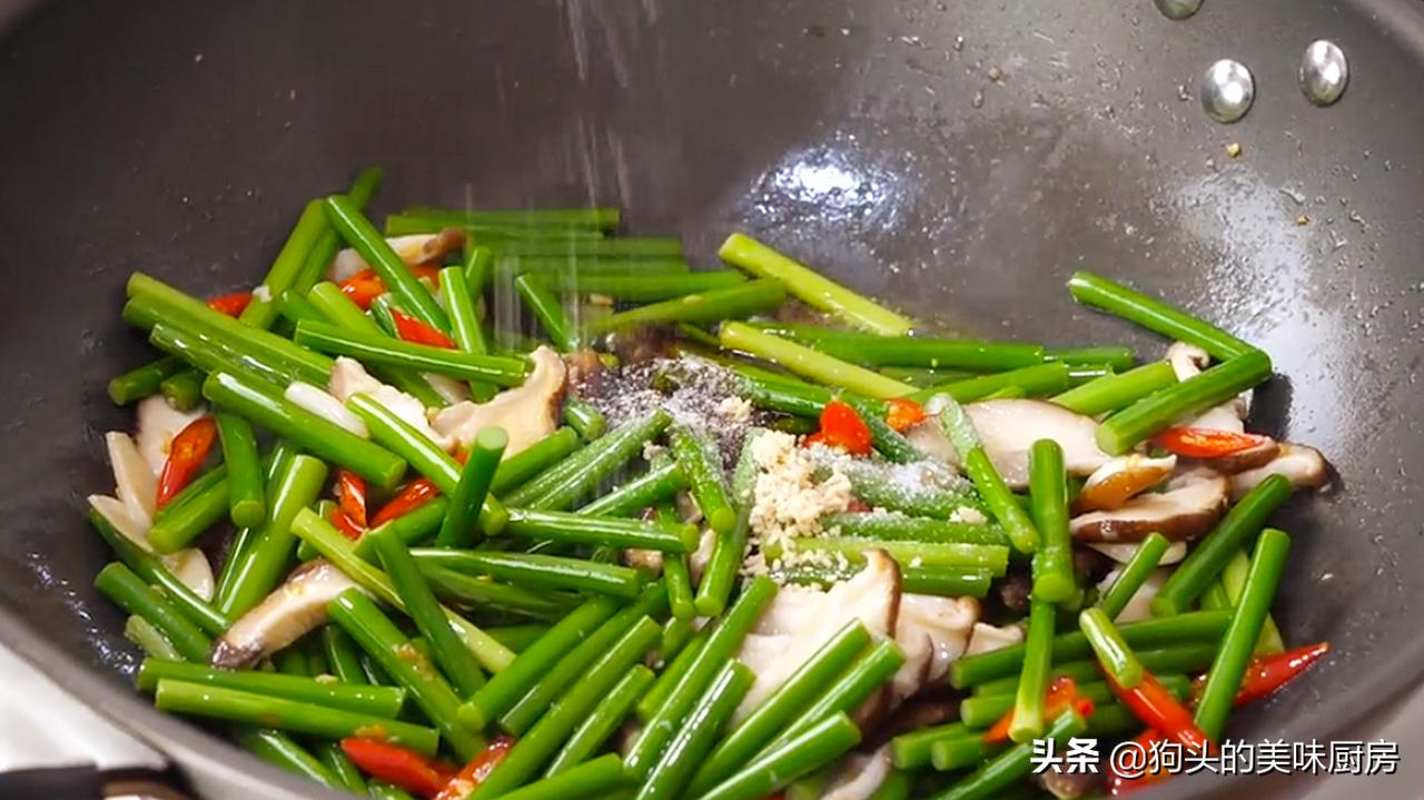 炒蒜苔时,切记不要直接下锅,多加1步,脆嫩入味,营养又下饭 美食做法 第12张