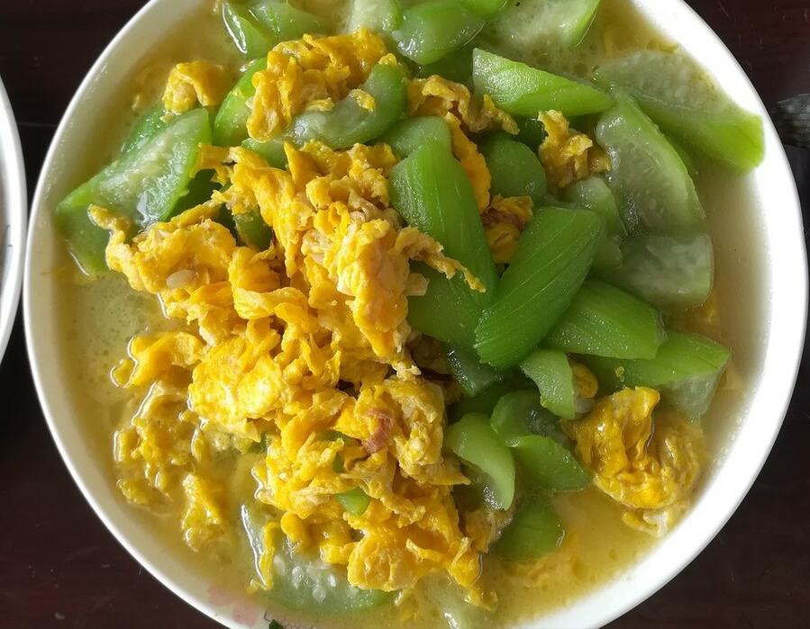 炒丝瓜,可不能直接下锅炒,记住1个诀窍,丝瓜鲜香翠绿,不发黑 美食做法 第7张