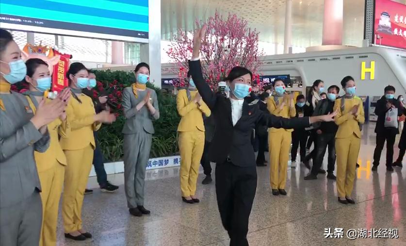 欢迎回汉赏樱!工作人员跳新疆舞迎接援鄂新疆医疗队