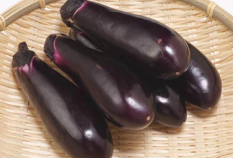 炒茄子时,不要着急下锅炒,教您一招,茄子炒好不发黑,不油腻 美食做法 第3张