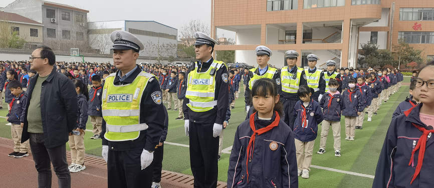 宝鸡市高新交警大队深入高新第四小学开展交通安全宣传
