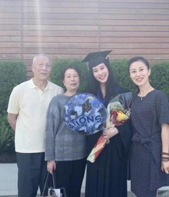 杨子大女儿哈佛毕业后,晒百万豪车钥匙,18岁颜值比肩黄圣依