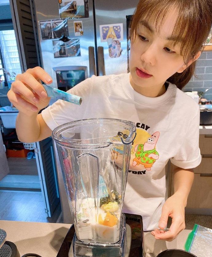 Ella陈嘉桦带儿子庆生,素颜穿衬衫面部浮肿,反而真实漂亮