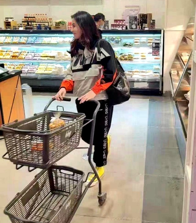 張柏芝逛超市被路人認出,穿極其寬鬆的外套都無法掩飾隆起的腹部