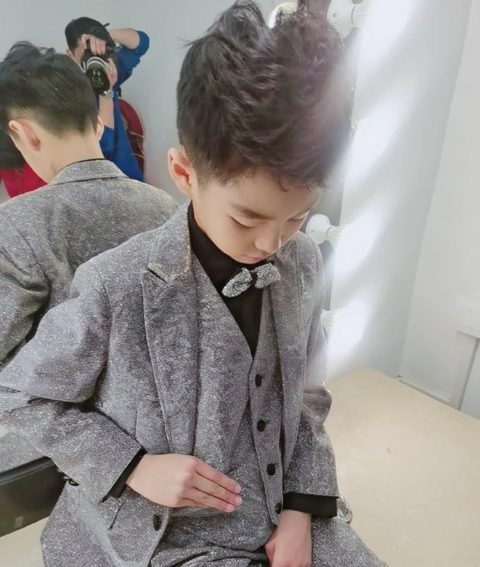 曹颖儿子晒近照,穿起银色西装俊朗有型,完美遗传了爸妈优点