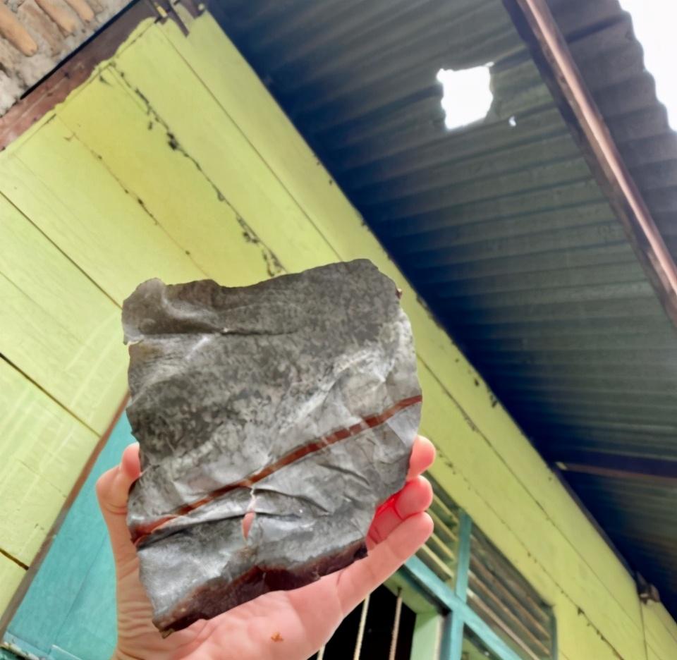 幸運:天降隕石砸破屋頂,修棺房主轉身成為千萬富翁