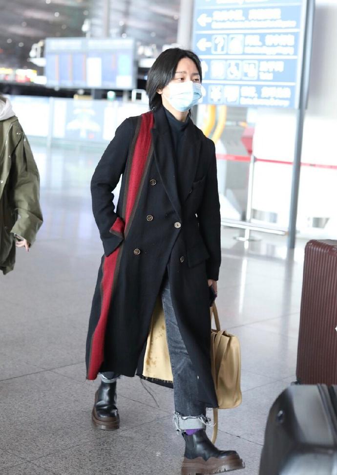 """杨幂真厉害,机场穿大衣坚持露一截腰,好身材""""辣妈圈""""属top"""