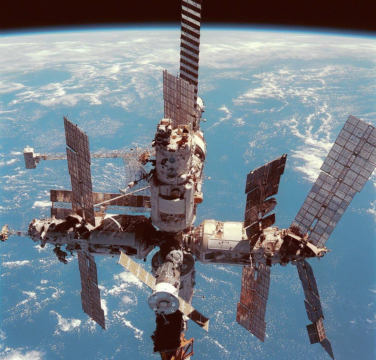 太空垃圾四散漂浮,连环撞击愈加平凡,人类将被困进自建的围城?