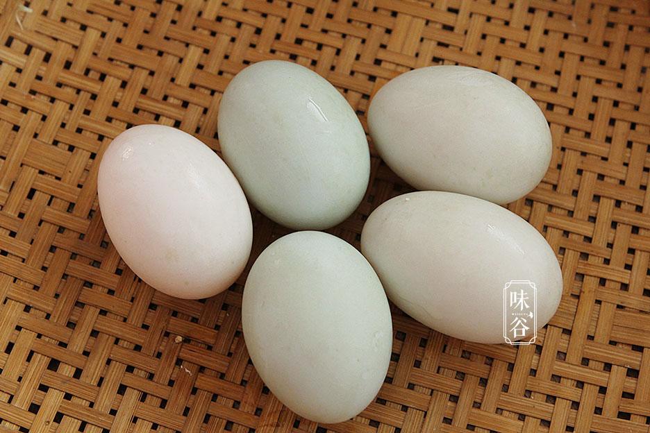 80歲奶奶醃鹹鴨蛋,用這土方子,個個起沙流油,比買的還好吃
