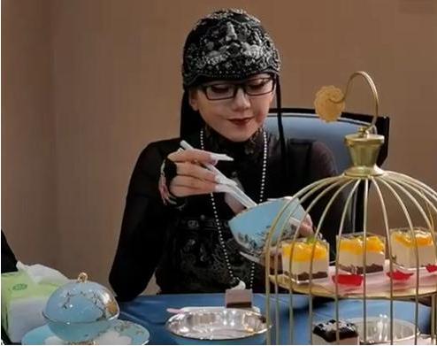 孔雀公主杨丽萍陪客不吃引热议,拿空碗做样子,曝20年不吃米饭