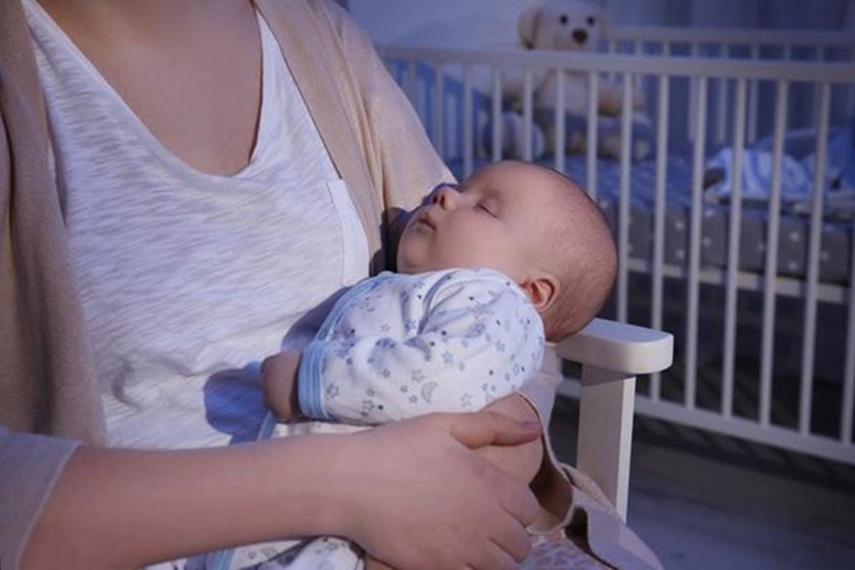 宝宝夜奶频繁妈妈身心疲惫,什么时候断夜奶、怎么断,一文讲清