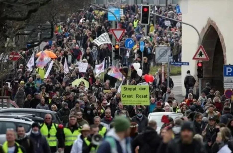 德国英国全都闹翻了!大批民众走上街头,抗议口号也出奇的一致 德国 英国 抗议口号 第4张