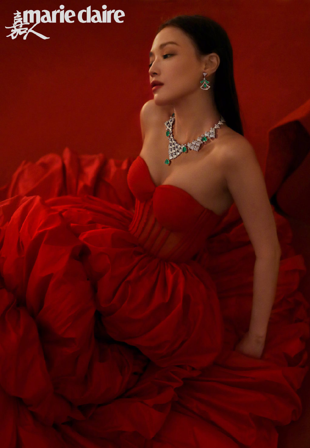 舒淇的高级脸太惊艳了,复古红裙搭配奢华珠宝,风情万种好迷人