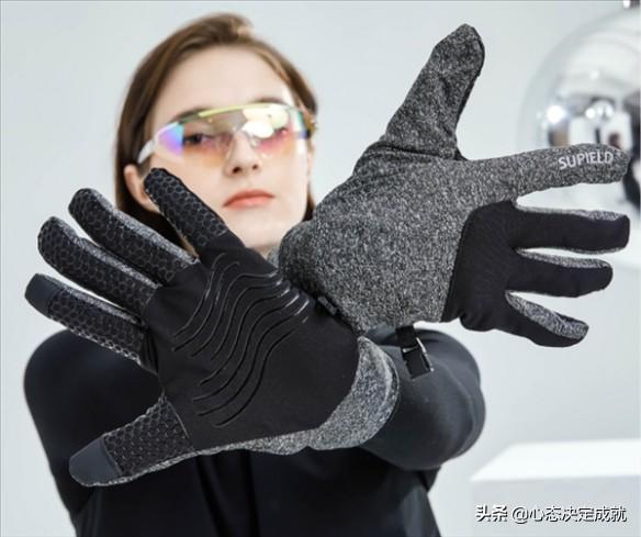 小米有品商场上架气凝胶触屏手套:戴着手套玩手机