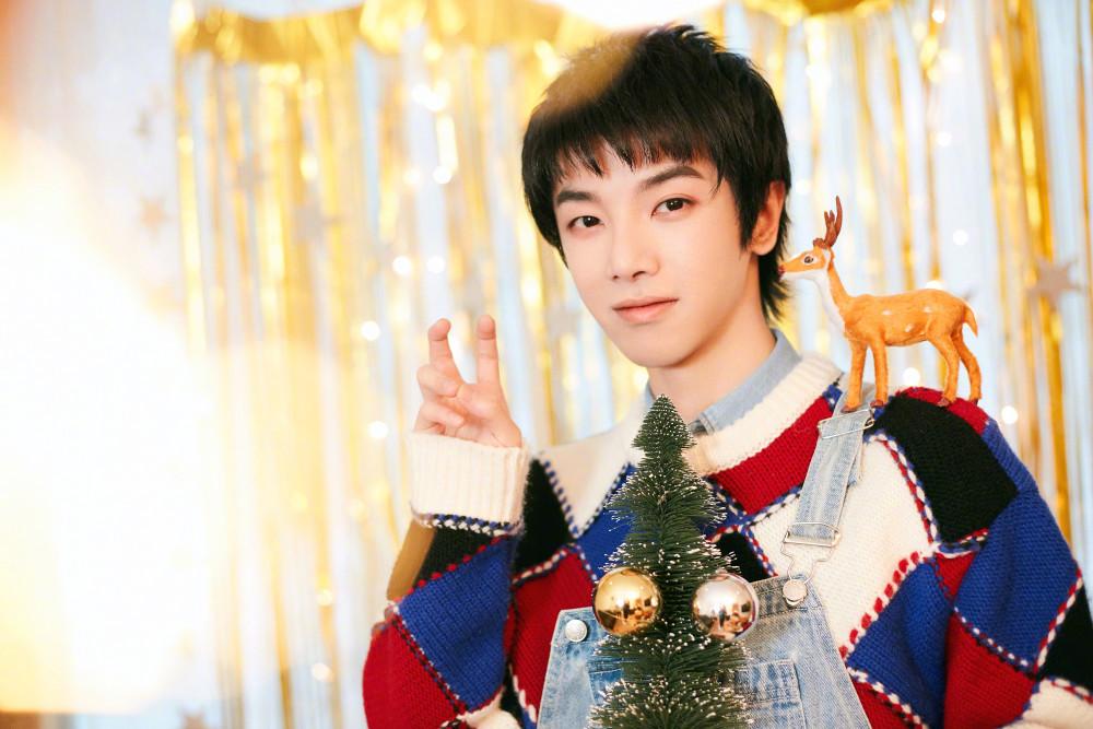 华晨宇发布圣诞动态,用圣诞元素装饰家里,网友见后直呼太浪漫