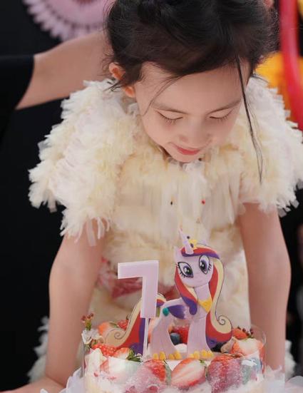 有一种成熟叫黄多多,明明是7岁多妹生日,却靠短发红唇成焦点