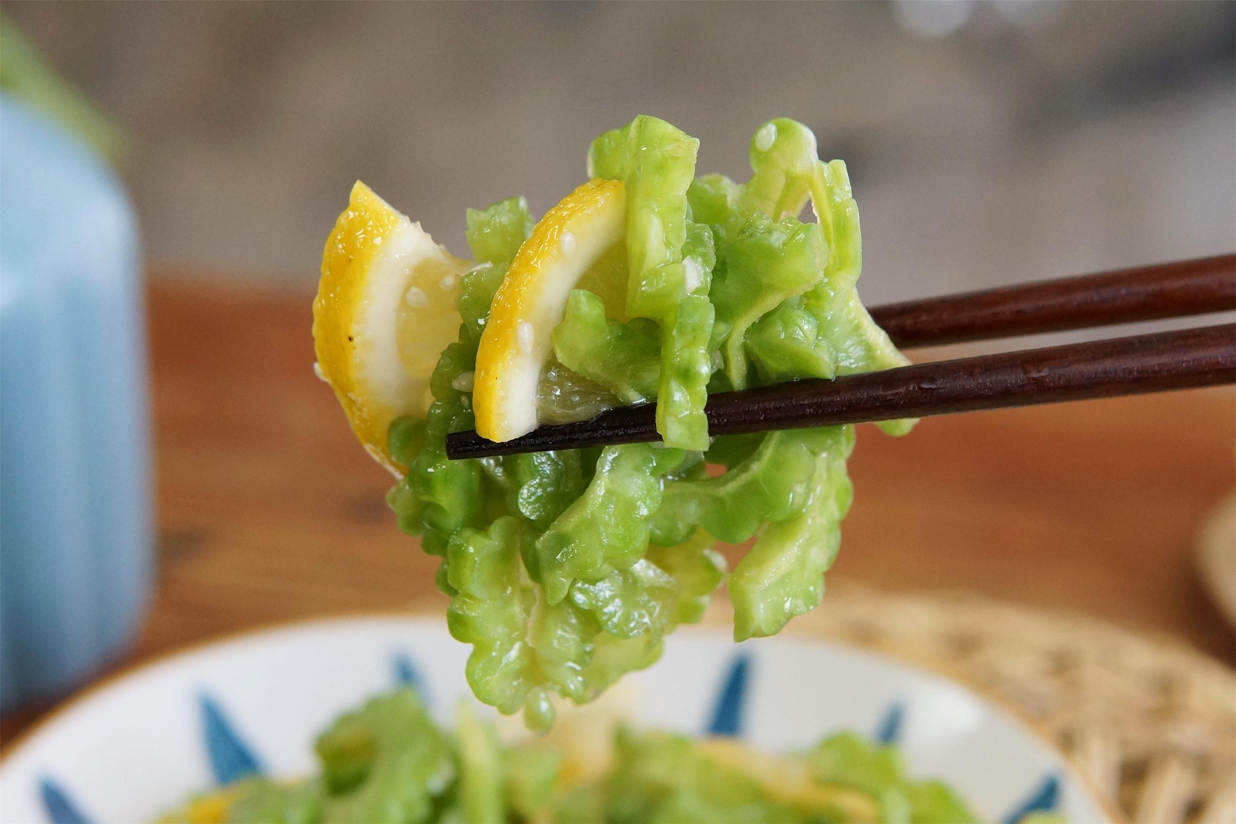 夏天,苦瓜和柠檬是绝配,这样做酸甜可口,不用开火,省事又好吃