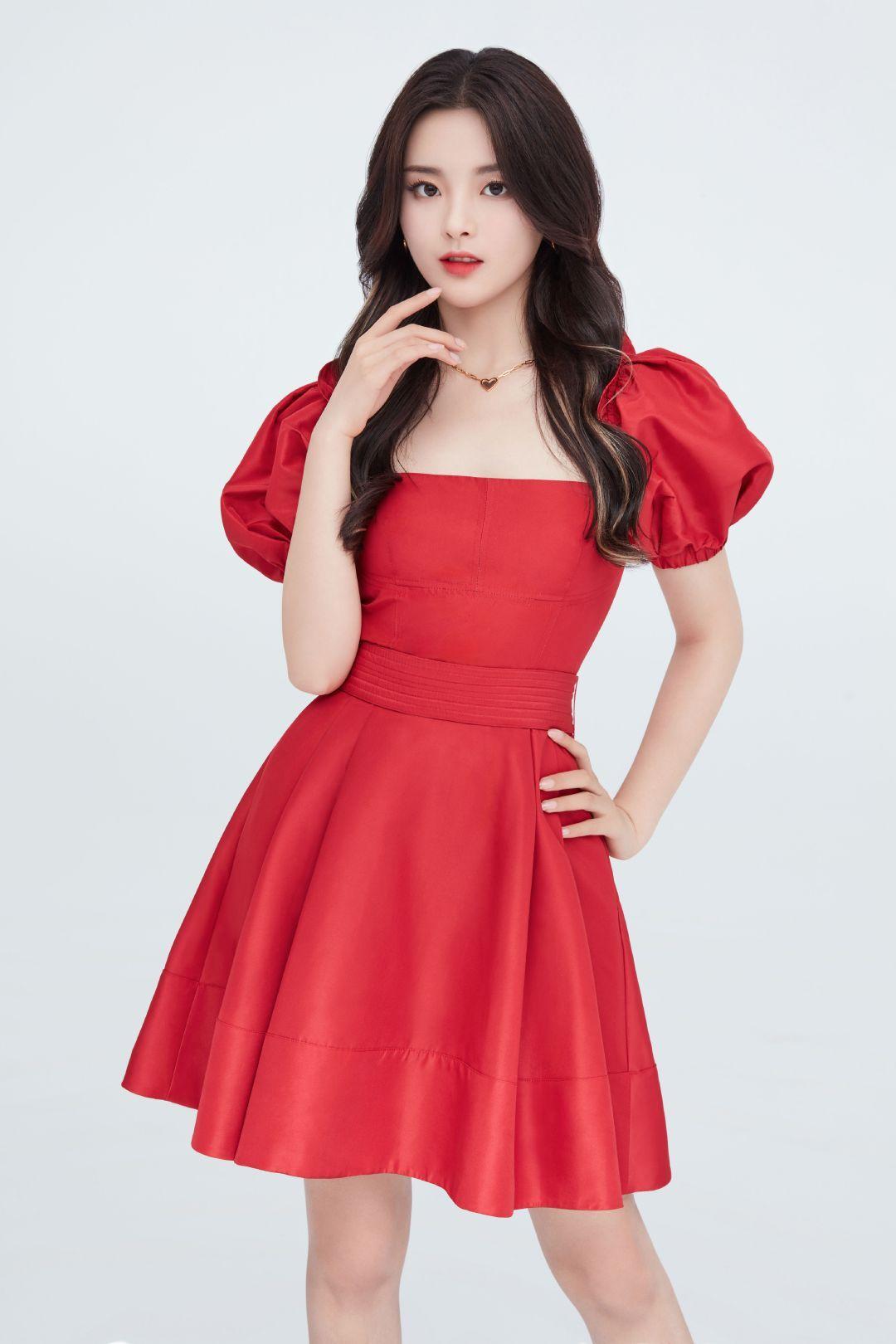 杨超越温柔到让人认不出,穿复古红泡泡袖连衣裙,化身城堡公主