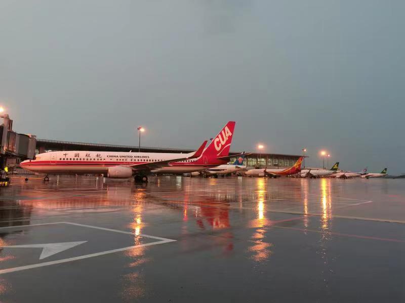 竞博jbo官网积极应对雷雨天气,确保旅客安全出行