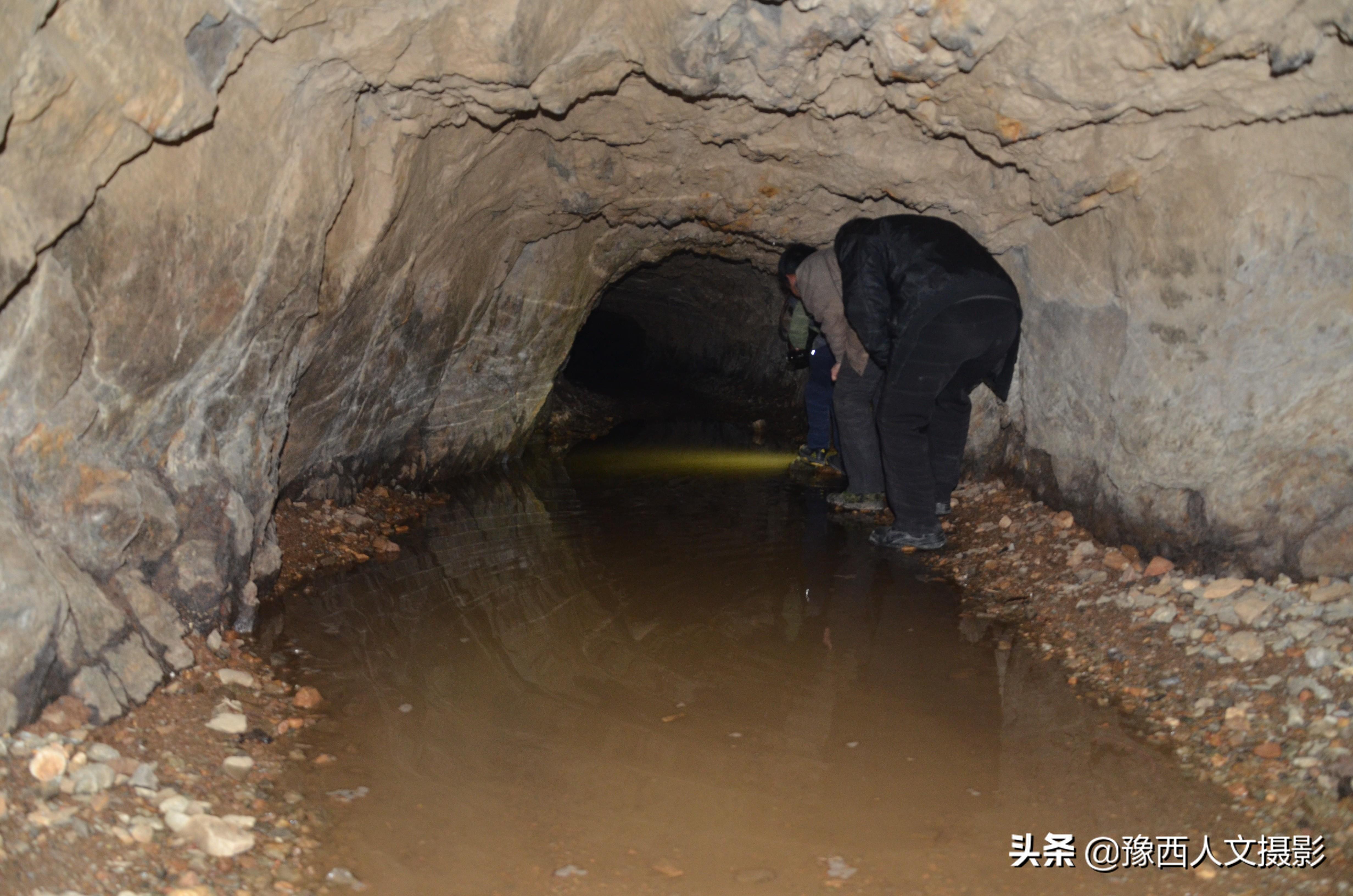 男子捡落榜大学生当媳妇,怕妻子乱跑,住深山20年出行需穿过山洞