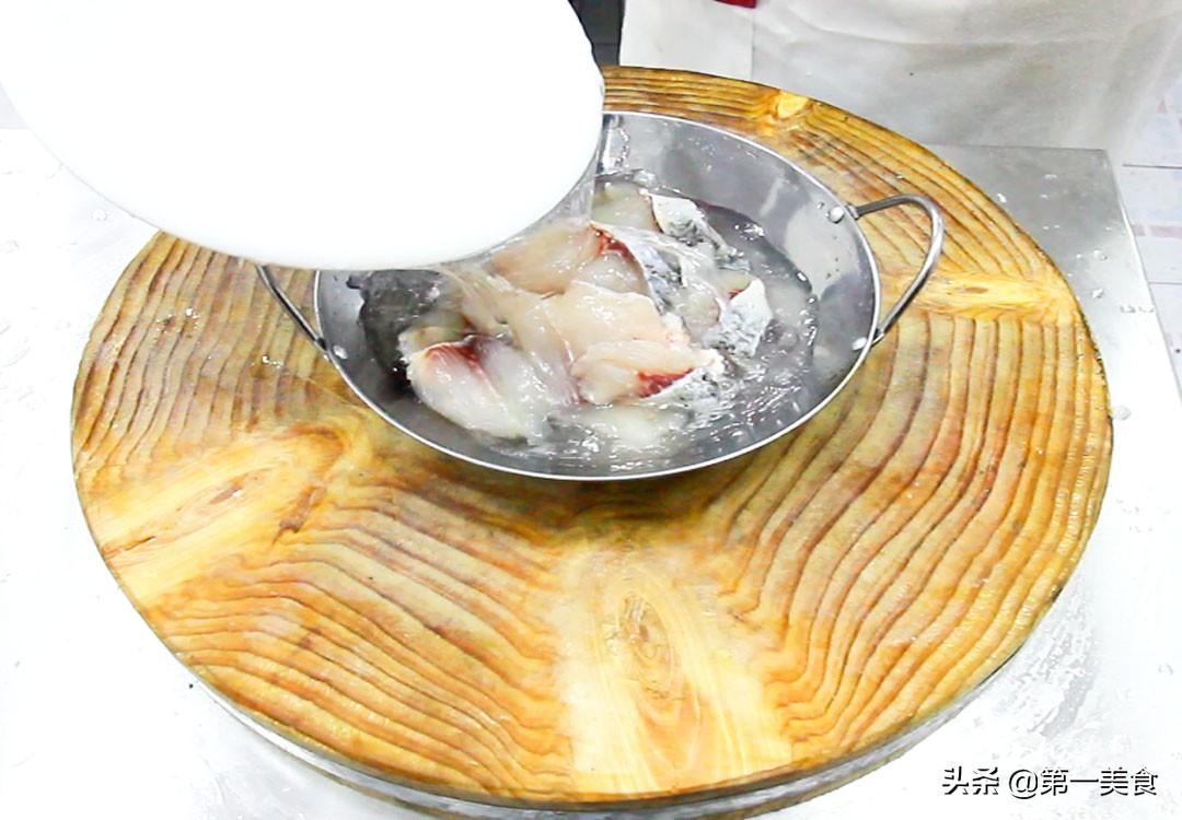 厨师长分享地道酸菜鱼,汤汁鲜香又开胃,鱼片嫩白又不腥 美食做法 第4张