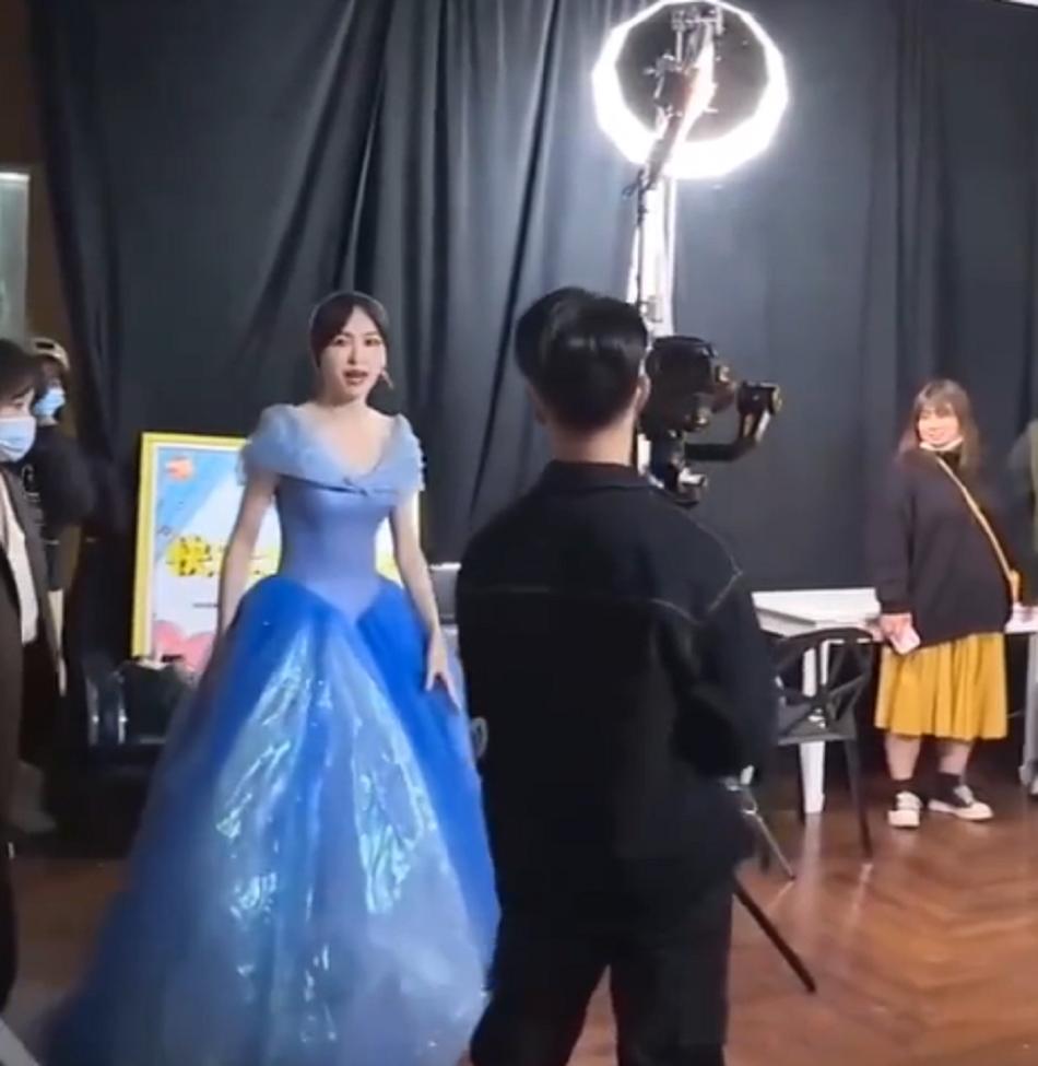 唐嫣蓝色公主裙亮相快本直播,生图的腰成为焦点,产后状态很显然