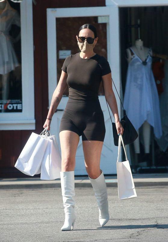 拉莫·威利斯穿黑色运动装高挑有型,搭白色直筒靴时尚休闲风十足