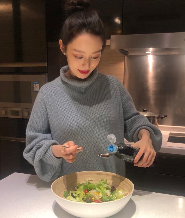 吉娜怀孕7个月仍有小蛮腰,吃的菜公开,怀孕涂口红化浓妆合适吗