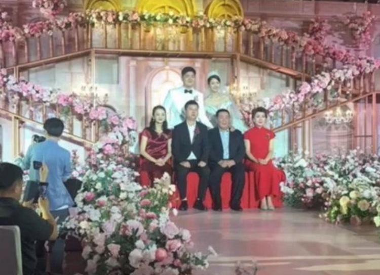 闫学晶儿子大婚,潘长江李玉刚现场道贺,继父马明东避嫌未现身