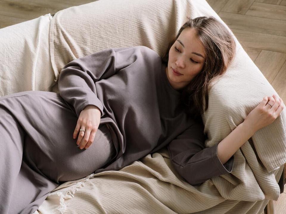 仰睡、侧睡,孕妇睡觉姿势有讲究,孕期不同,睡姿大不同