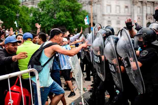 国之哀伤:马拉多纳去世,数百名球迷为看最后一眼与警察发生冲突