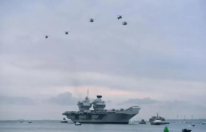 """山东舰航母突然现身南海,吓得""""伊丽莎白女王""""航母扭头就跑"""