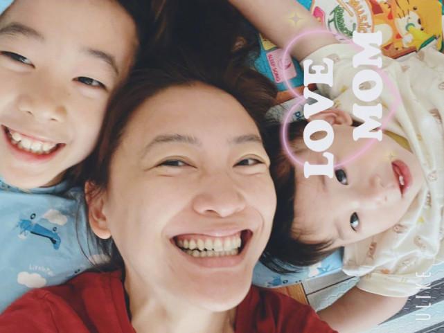 陈小春和应采儿合体拍写真,穿情侣装亲密互动,结婚11年甜如热恋