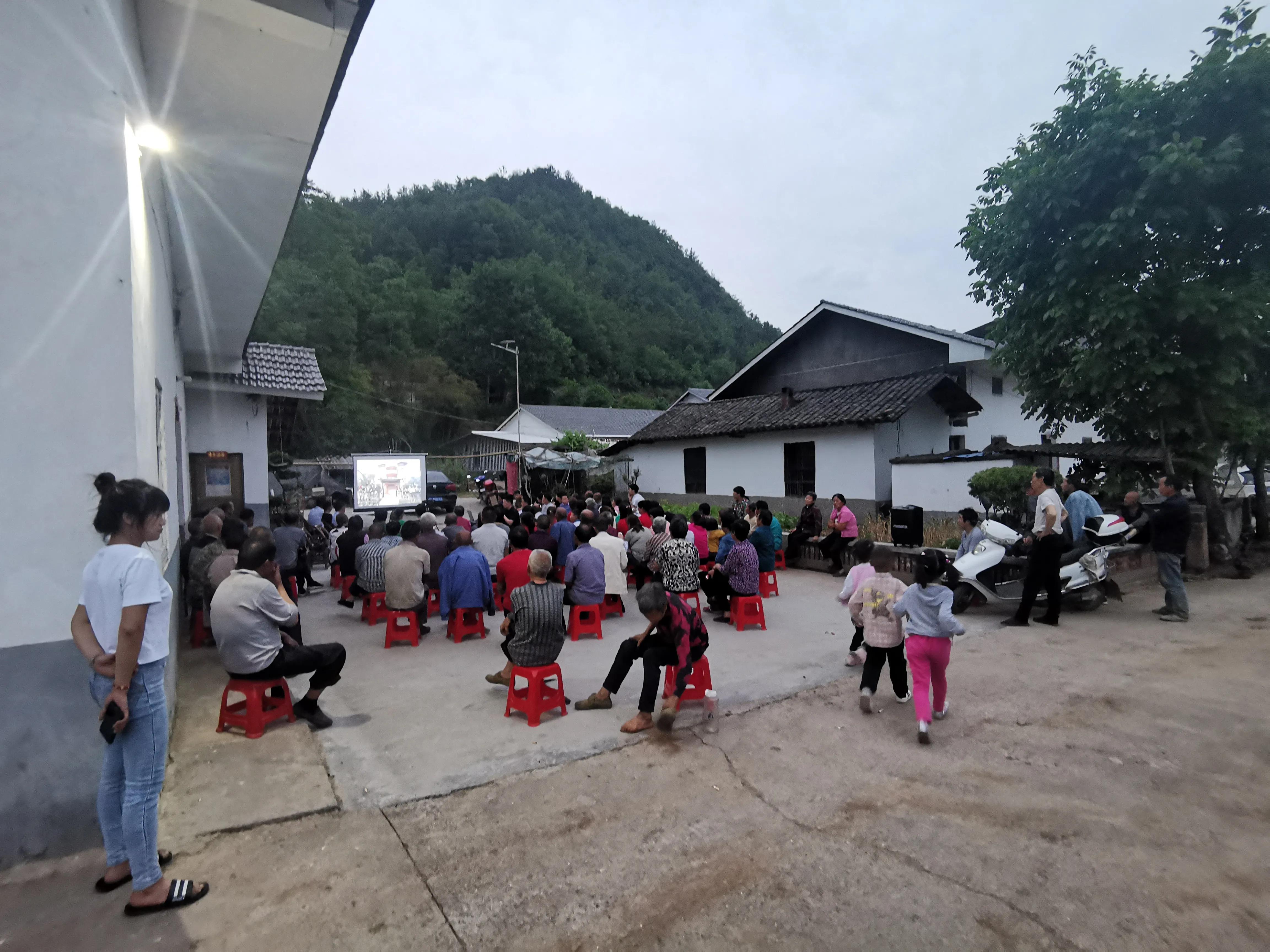 竹山县西河村开展捡拾日活动