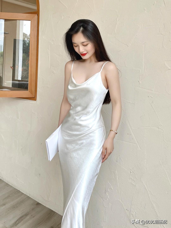 想不到钟楚曦身材这么好!穿白色吊带鱼尾裙,妆容妩媚造型好抢镜