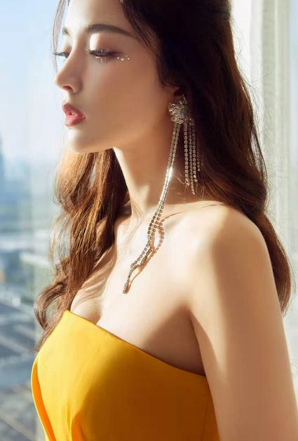 久违现身的古力娜扎,身着明黄不规则裙装,尽显腰身纤细美好