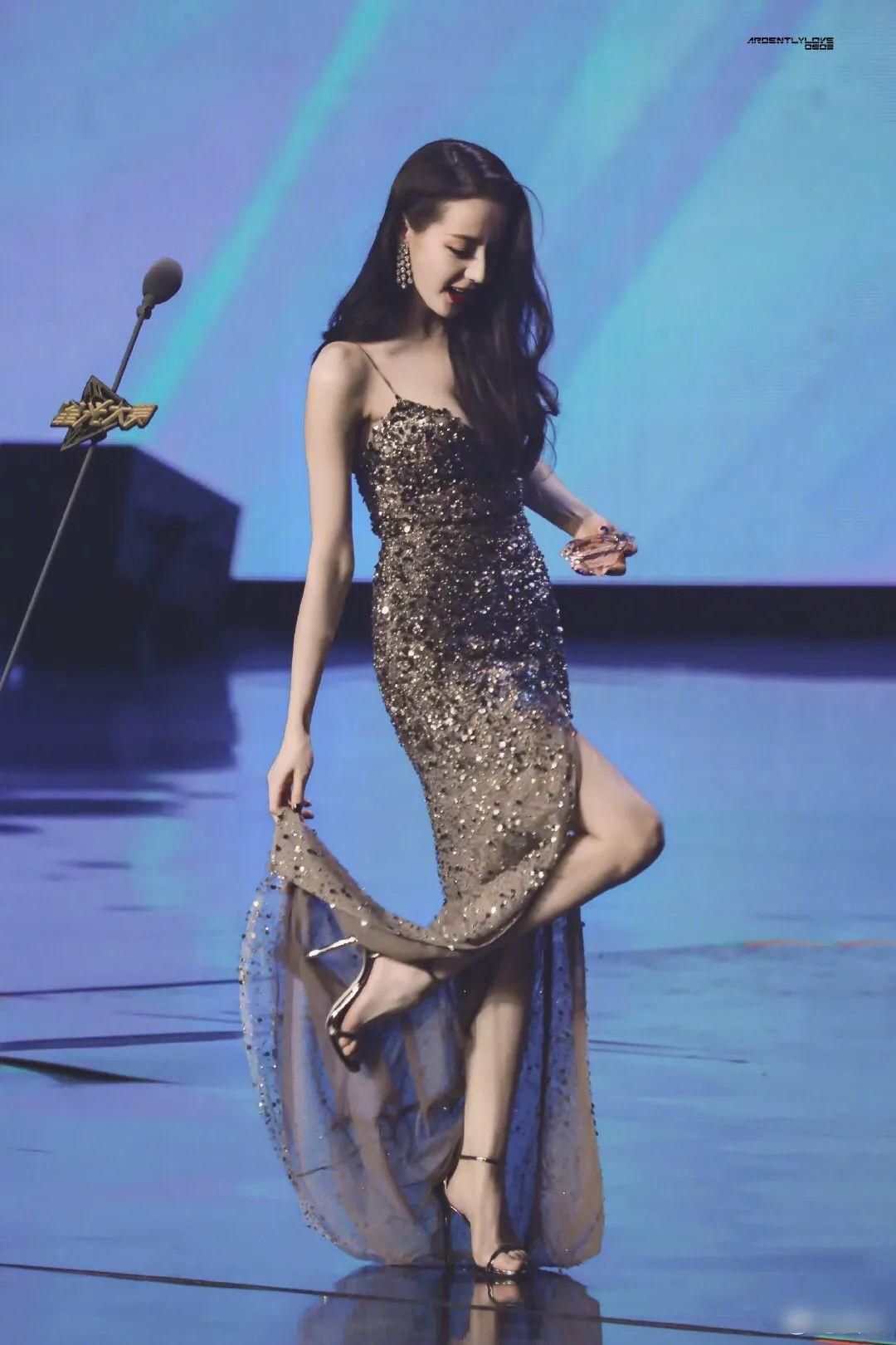 女明星整理裙子:遇到意外也要保持优雅