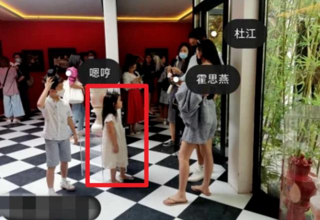 杜江和霍思燕一家出遊,神秘小女孩再現身,露側臉與霍思燕熱聊
